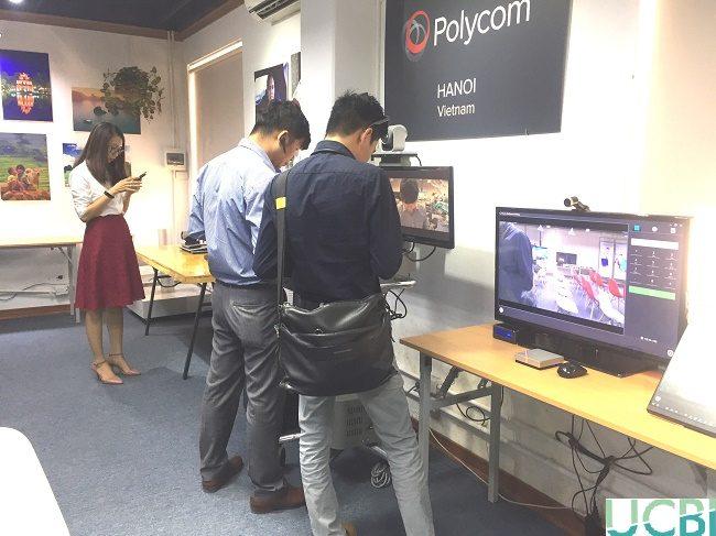 Đại diện của Polycom và Plantronics cùng tham quan các sản phẩm trong hội thảo
