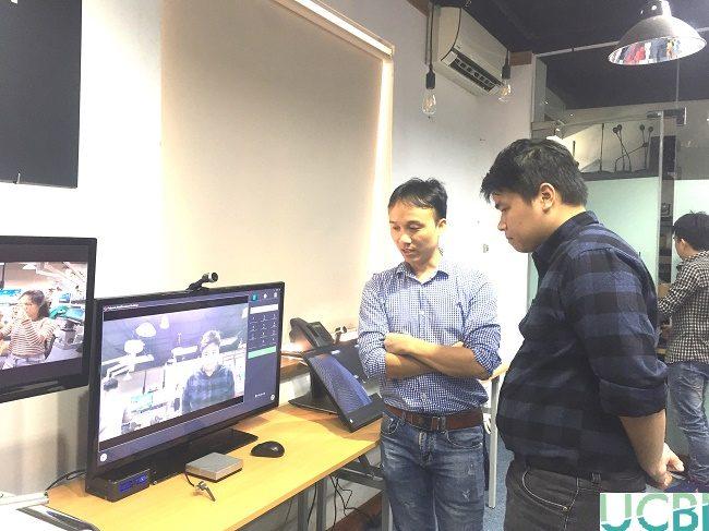 Khách hàng được nhân viên tư vấn về tính năng của các sản phẩm Polycom